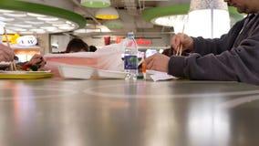 Μια πλευρά των ανθρώπων που έχουν το γεύμα στην περιοχή δικαστηρίων τροφίμων απόθεμα βίντεο