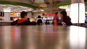 Μια πλευρά των ανθρώπων που έχουν το γεύμα στην περιοχή δικαστηρίων τροφίμων φιλμ μικρού μήκους