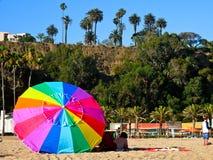 Μια πολύχρωμη ομπρέλα στην παραλία Καλιφόρνια της Σάντα Μόνικα κατά τη διάρκεια του καλοκαιριού στοκ φωτογραφίες με δικαίωμα ελεύθερης χρήσης