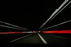 Μια πολύ γρήγορη μετακίνηση των αυτοκινήτων σε μια σήραγγα ελεύθερη απεικόνιση δικαιώματος