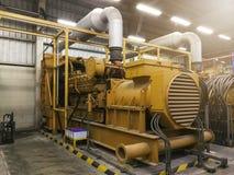 Μια πολύ μεγάλη ηλεκτρική γεννήτρια diesel στο εργοστάσιο για την έκτακτη ανάγκη, στοκ εικόνα