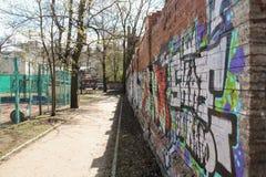 Μια πορεία κατά μήκος του τοίχου με τα γκράφιτι Στοκ Εικόνα