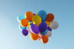 Μια πολύχρωμη δέσμη μπαλονιών σε έναν μπλε ουρανό Στοκ εικόνες με δικαίωμα ελεύθερης χρήσης