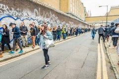 Μια πολύ μακριά σειρά αναμονής για την είσοδο στο φεστιβάλ Στοκ φωτογραφία με δικαίωμα ελεύθερης χρήσης