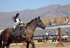 Μια πριγκήπισσα στην πλάτη αλόγου στο φεστιβάλ αναγέννησης της Αριζόνα Στοκ Φωτογραφίες