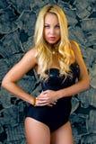 Μια προκλητική νέα γυναίκα με τα χαλαρά μακριά ξανθά μαλλιά Στοκ Εικόνες