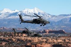 Μια πτήση τριών ελικοπτέρων Apache πετά πέρα από τη νότια Γιούτα Στοκ Εικόνες