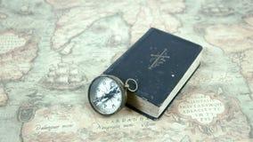 Μια πυξίδα και ένα βιβλίο σε έναν χάρτη απόθεμα βίντεο