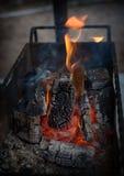 Μια πυρκαγιά διαβίωσης Το ξύλο πεύκων καίγεται σε έναν ορειχαλκουργό, ο οποίος θα έπαιρνε τους άνθρακες, οι οποίοι θα μαγειρευτού Στοκ Φωτογραφίες