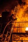 Μια πυρκαγιά πάλης πυροσβεστών σε μια σκάλα Στοκ Εικόνες