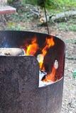 Μια πυρκαγιά που καίει σε ένα δαχτυλίδι πυρκαγιάς μετάλλων Στοκ εικόνα με δικαίωμα ελεύθερης χρήσης