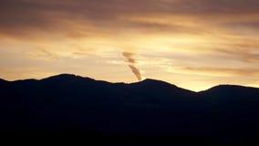 Μια πυρκαγιά στον ουρανό που φωτίζεται στοκ φωτογραφίες με δικαίωμα ελεύθερης χρήσης