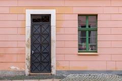Μια πόρτα και ένα παράθυρο Στοκ φωτογραφίες με δικαίωμα ελεύθερης χρήσης