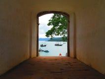 Μια πύλη που αγνοεί την μπλε θάλασσα Στοκ Εικόνες