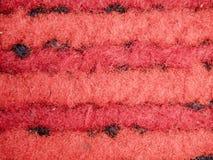 Μια πλήρης σελίδα της κόκκινης γούνας faux, υλικό της συνθετικής γούνας Άποψη της κορυφής στην κινηματογράφηση σε πρώτο πλάνο σύσ Στοκ Εικόνες