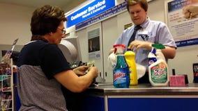 Μια πλευρά του μετρητή ελέγχων στο φαρμακείο του Λονδίνου απόθεμα βίντεο