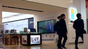 Μια πλευρά των ανθρώπων που κοιτάζουν βιαστικά στο κατάστημα της Microsoft απόθεμα βίντεο