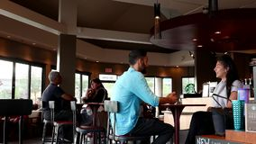 Μια πλευρά των ανθρώπων που πίνουν τον καφέ και την ομιλία απόθεμα βίντεο