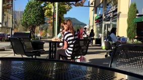 Μια πλευρά των ανθρώπων που πίνουν τον καφέ της Starbucks απόθεμα βίντεο