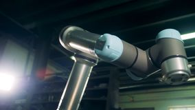 Μια ρομποτική μηχανή λειτουργεί σε έναν πίνακα σε μια δυνατότητα φιλμ μικρού μήκους