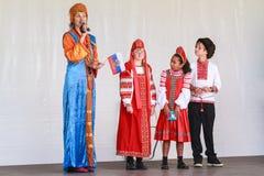 Μια ρωσική οικογένεια στη σκηνή στο παραδοσιακό φόρεμα στοκ εικόνες