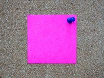 Μια ρόδινη κολλώδης σημείωση το ταχυδρομεί που γράφει, Στοκ Φωτογραφίες