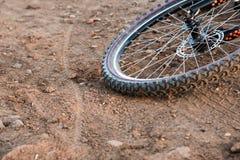 Μια ρόδα ποδηλάτων σε έναν βρώμικο δρόμο Κινηματογράφηση σε πρώτο πλάνο αθλητικών ποδηλάτων Στοκ φωτογραφία με δικαίωμα ελεύθερης χρήσης