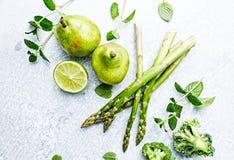 Μια ρύθμιση των πράσινων λαχανικών, των φρούτων και των χορταριών  flatlay στοκ φωτογραφία με δικαίωμα ελεύθερης χρήσης