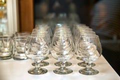 Μια σειρά καθαρά goblets γυαλιού στοκ εικόνες με δικαίωμα ελεύθερης χρήσης