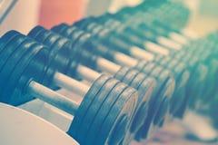 Μια σειρά των αλτήρων στο μετρητή στη γυμναστική Στοκ Εικόνες