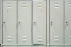 Μια σειρά των γκρίζων σχολικών ντουλαπιών μετάλλων με τα κλειδιά στις πόρτες στοκ φωτογραφία