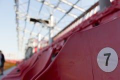 Μια σειρά των κόκκινων πλαστικών καρεκλών σε ένα στάδιο στοκ φωτογραφίες με δικαίωμα ελεύθερης χρήσης