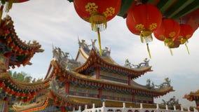 Μια σειρά των κόκκινων φαναριών που κρεμούν από έναν παραδοσιακό βουδιστικό ναό απόθεμα βίντεο