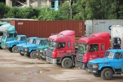 Μια σειρά των μεγάλων φορτηγών εμπορευματοκιβωτίων στο λιμένα shekou SHENZHEN Στοκ Εικόνες
