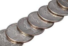Μια σειρά των νομισμάτων δολαρίων τετάρτων στο άσπρο υπόβαθρο Στοκ Εικόνες