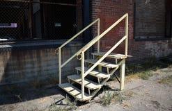 Μια σκάλα κοντά σε μια αποθήκη εμπορευμάτων Στοκ Εικόνα