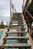 Μια σκάλα λιμενοβραχιόνων που οδηγεί κάτω στο νερό στο λιμένα Noarlunga έτσι στοκ εικόνες με δικαίωμα ελεύθερης χρήσης