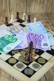 Μια σκακιέρα, αριθμοί και χρήματα Στοκ φωτογραφίες με δικαίωμα ελεύθερης χρήσης