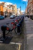 Μια σκηνή οδών στα ποδήλατα του Λονδίνου Boris Στοκ Εικόνες