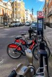 Μια σκηνή οδών στο Λονδίνο με τα ποδήλατα Boris Στοκ Εικόνα