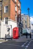 Μια σκηνή οδών στο Λονδίνο με το τηλεφωνικό κιβώτιο Στοκ φωτογραφίες με δικαίωμα ελεύθερης χρήσης