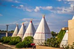 Μια σκηνή τουριστών με μια άποψη της πόλης σε Holbrook, Αριζόνα στοκ φωτογραφίες
