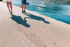 Μια σκιά ενός ζεύγους στο πάτωμα κοντά στη θάλασσα Η σκιά του θορίου Στοκ Εικόνες