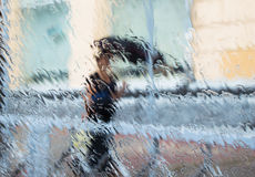 Μια σκιαγραφία γυναικών κάτω από τη βροχή στοκ εικόνες με δικαίωμα ελεύθερης χρήσης