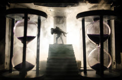 μια σκιαγραφία ενός άνδρα που διατηρεί τη γυναίκα Έννοια λυτρωτών διάσωσης Διαφυγή από την πυρκαγιά ή τον κίνδυνο Κλεψύδρα, πυρκα Στοκ φωτογραφία με δικαίωμα ελεύθερης χρήσης