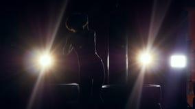 Μια σκιασμένη γυναίκα παρουσιάζει offs κινήσεις εγκιβωτισμού της φιλμ μικρού μήκους