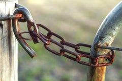 Μια σκουριασμένη κλειδαριά αγροτικών πυλών Στοκ Φωτογραφίες