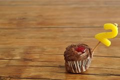 Μια σοκολάτα cupcake με ένα κερί γενεθλίων Στοκ φωτογραφία με δικαίωμα ελεύθερης χρήσης