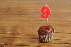 Μια σοκολάτα cupcake με ένα κερί γενεθλίων Στοκ εικόνα με δικαίωμα ελεύθερης χρήσης