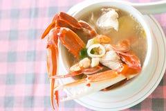 Μια σούπα καβουριών στο άσπρο πιάτο Στοκ Εικόνες